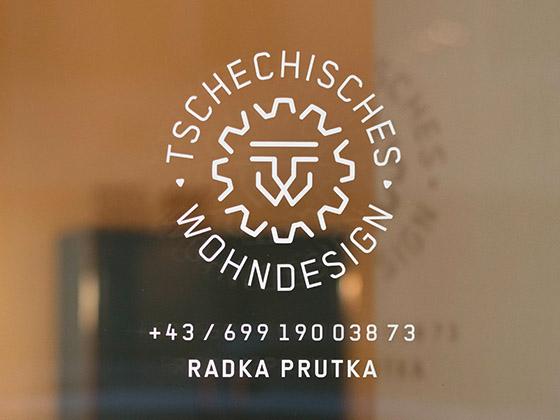 Tschechisches Wohndesign Logo an der Glastür