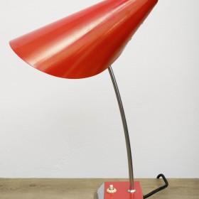Rote Schreibtischlampe